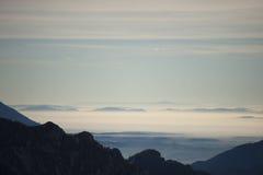 在薄雾的谷 库存图片