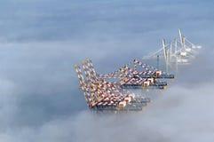 在薄雾的造船厂起重机 免版税库存照片