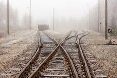 在薄雾的铁路轨道 库存照片