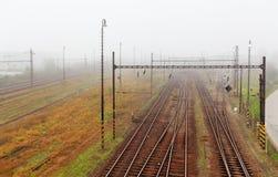 在薄雾的铁路轨道 免版税库存照片