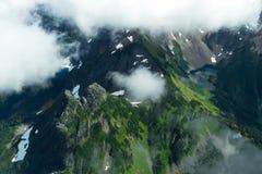 在薄雾的绿色山 免版税库存照片