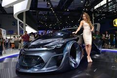 在薛佛列FNR概念汽车的一个时装模特儿 图库摄影