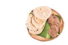 在藤条盘子的新近地油煎的和干生鱼薄脆饼干 库存照片