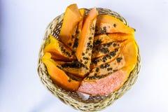 在藤茎水果篮的成熟番木瓜在白色背景 库存图片