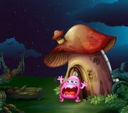 在蘑菇房子附近的一个害怕的妖怪 免版税库存照片