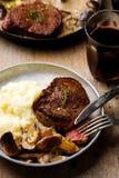 在蘑菇酒酱汁的小腓厉牛排 图库摄影