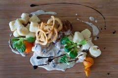在蘑菇酱油的烟肉包裹的小牛肉大奖章 免版税库存图片