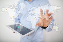 在虚屏上的世界地图 事务、互联网和技术概念 库存照片