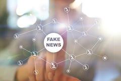 在虚屏上的假新闻警告 图库摄影
