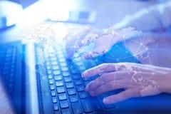 在虚屏上的全世界网络 世界地图和象 互联网和技术概念 库存图片