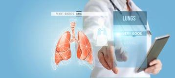 在虚屏上的医生,诊断肺 免版税库存图片