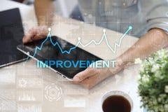 在虚屏上的改善图表 企业和技术概念 免版税库存照片