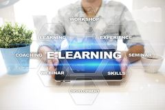 在虚屏上的电子教学 概念教育互联网关键董事会了解字 免版税库存图片
