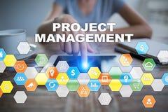在虚屏上的项目管理 到达天空的企业概念金黄回归键所有权 免版税库存照片