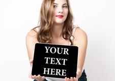 在虚屏这里写的您的文本 技术、互联网和网络概念 有光秃的美丽的妇女 库存图片