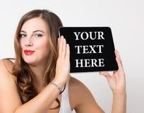 在虚屏这里写的您的文本 技术、互联网和网络概念 有光秃的美丽的妇女 图库摄影