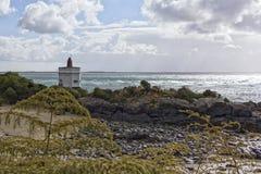 在虚张声势的灯塔,太平洋海岸的,新西兰一个港口镇 库存照片