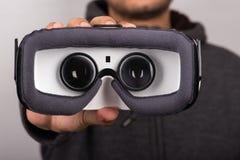 在虚拟现实耳机里面看法的细节  库存照片