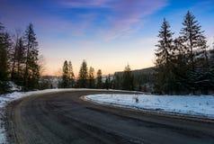 在蛇纹石的红色黎明在冬天森林里 库存照片