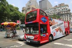 在蛇麻草的纽约观光的蛇麻草公共汽车在曼哈顿 免版税库存照片