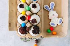 在蛋壳的黑暗的巧克力果仁巧克力点心 复活节或滑稽的ki 免版税图库摄影