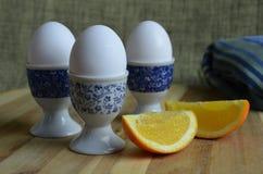 在蛋杯供食的水煮蛋 库存照片