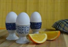 在蛋杯供食的水煮蛋 库存图片