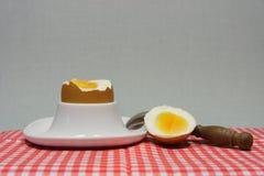 在蛋杯的金黄鸡蛋 图库摄影