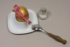 在蛋杯的金黄鸡蛋 免版税图库摄影