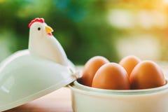 在蛋杯的鸡蛋早餐 库存图片