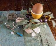 在蛋杯的鸡蛋 处理专业原始的调味汁软件的随附于的获取鸡烹调文件食物意大利摄影过帐 库存照片