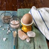 在蛋杯的鸡蛋 处理专业原始的调味汁软件的随附于的获取鸡烹调文件食物意大利摄影过帐 免版税库存照片