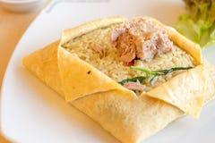 在蛋板料包裹的金枪鱼绿色咖喱炒饭 免版税图库摄影