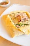 在蛋板料包裹的金枪鱼绿色咖喱炒饭 库存图片