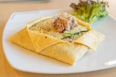 在蛋板料包裹的金枪鱼绿色咖喱炒饭 免版税库存图片