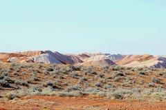 在蛋白石采矿村庄Andamooka,南澳大利亚附近的超现实的风景 库存图片