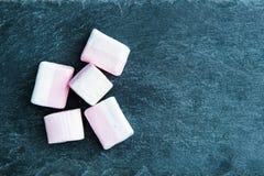 在蛋白软糖的特写镜头在石基体 免版税图库摄影