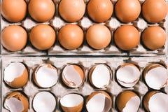 在蛋盒的蛋壳 库存照片