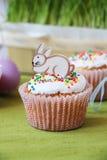 在蛋糕的复活节兔子 免版税库存照片