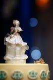 在蛋糕的婚戒 免版税库存照片