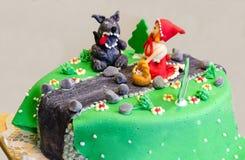 在蛋糕的小红骑兜帽 免版税库存照片