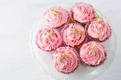 在蛋糕的桃红色杯形蛋糕站立顶视图 免版税库存图片