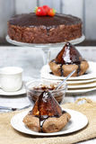 在蛋糕的梨用巧克力汁 免版税库存照片