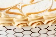 在蛋糕的焦糖和奶油装饰 免版税库存图片