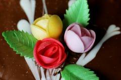 在蛋糕的玫瑰 免版税库存图片