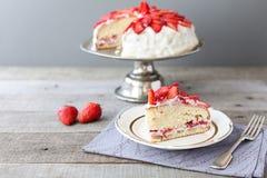 在蛋糕立场的草莓蛋糕 免版税库存照片