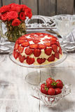 在蛋糕立场的草莓cheseecake 免版税库存图片
