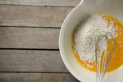 在蛋黄的面粉在容器 库存图片