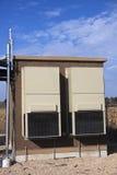 在蜂窝电话站点的设备风雨棚 库存照片