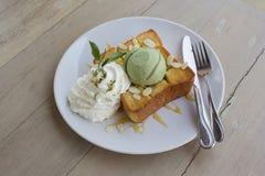 在蜂蜜多士和鞭子奶油的冰淇凌绿茶 库存图片